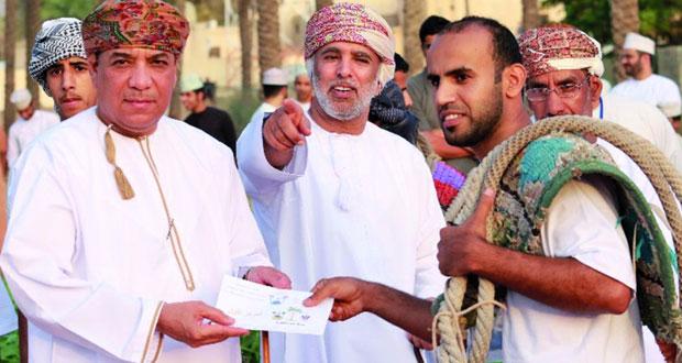أحمد الناصري يتوّج بطلاً للنسخة الرابعة من مسابقة تسلق النخيل بالرستاق