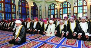 فهد بن محمود يؤدي صلاة عيد الفطر المبارك ويستقبل المهنئين بمسجد الخور في مسقط