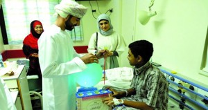 بلدية مسقط تشارك الأطفال بمستشفيات المحافظة فرحة العيد