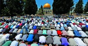 آلاف الفلسطينيين يؤدون الجمعة الأخيرة من رمضان في المسجد الأقصى
