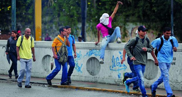 الرئيس الفنزويلي يتعهد بالرد على (محاولة الانقلاب) .. والمعارضة تشكك
