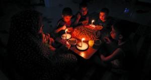 الاحتلال يقلص إمدادت الكهرباء إلى غزة وتصاعد التحذيرات من التداعيات