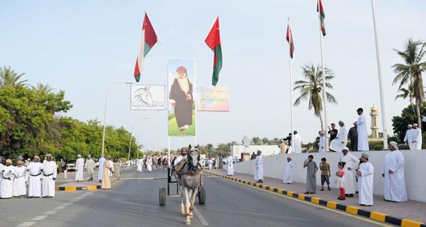 احتفالا بالتشريف السامي .. مسيرة شعبية بصحار على ظهور الجياد والإبل