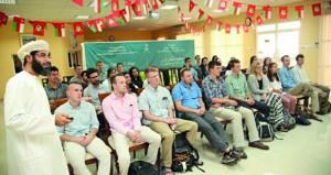 كلية السلطان قابوس لتعليم اللغة العربية للناطقين بغيرها بمنح تستقبل طلاب الدورة الخامسة والعشرين
