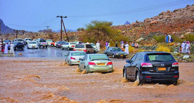 أهالي عبري يطالبون بإنشاء صناديق لتصريف مياه الأودية بالطرق المنحدرة