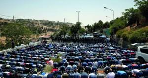 الاحتلال يستهدف الفلسطينيين بالقدس ويشدد الإجراءات بـ(الأقصى) مخلفا عشرات الإصابات