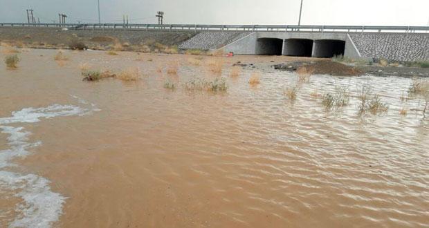 عبري تشهد هطول أمطار غزيرة مصحوبة برياح