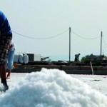 آخر منتجي الملح في لبنان يخشون من اندثار مهنة أعالتهم لعقود