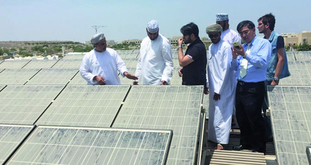 مركز التعليم الذاتي بجامعة السلطان قابوس يدرب عددا من الطلاب على كيفية الاستفادة من الطاقة الشمسية