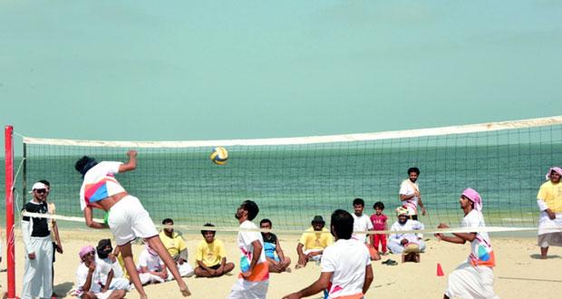 الشؤون الرياضية بالوسطى تقيم يوماً رياضياً مفتوحاً على شاطئ شنة بمحوت