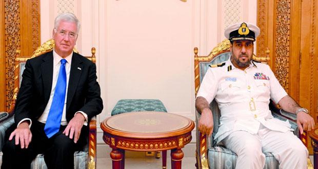 وزير الدفاع البريطاني يغادر السلطنة