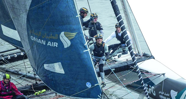 فريق قارب الطيران العُماني يعزز صدارته ويقترب من فوزه الثاني