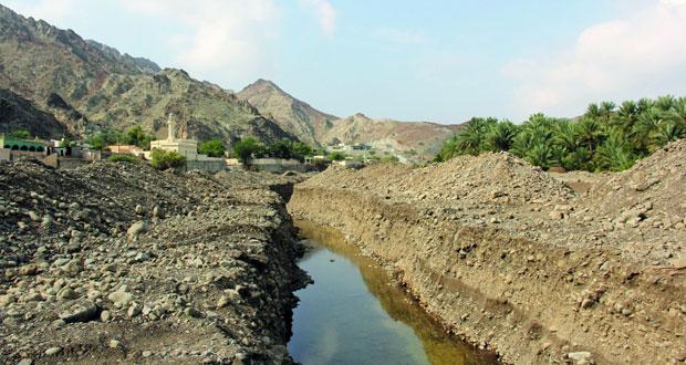 وزارة البلديات تقوم صيانة عدد من الأفلاج بشمال الباطنة إدراكاًًً بأهميتها والمحافظة عليها