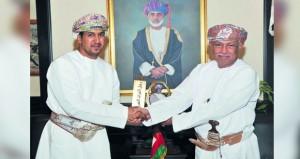 الرواس يتسلم جائزة رجل التراث العربي