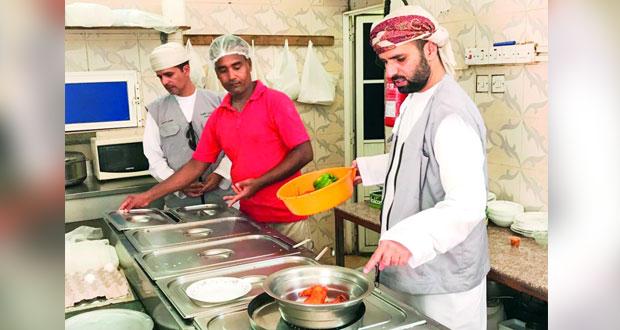 بلدية صور تنفذ حملات تفتيش على(532) منشأة غذائية خلال شهر أغسطس وذبح أكثر من 2085 راساً بمسلخ البلدية