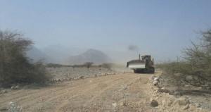 بلدية نخل تنفذ حملة لإزالة المخلفات وشق طريق ترابي بالصناعية
