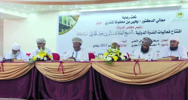 الندوة الدولية عن الشيخ سالم بن حمد الحارثي تواصل تقديم أوراقها بمركز سناو الثقافي