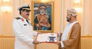 جلالة السلطان يمنح قائد القوات البحرية السعودية وسام عمان العسكري من الدرجة الثانية