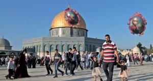 رغم معوقات الاحتلال .. الفلسطينيون يؤدون صلاة العيد في (الأقصى)