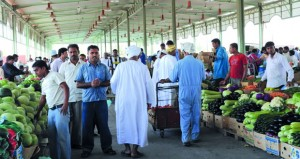 """""""الطماطم الإيراني"""" يعيد التوازن للسوق بسعر 1.800 ريال عماني بعد أن سجل""""الأردني"""" 4.500 ريال عماني الأسبوع الماضي"""