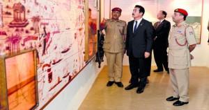 وزير الدولة للشؤون الخارجية الياباني يزور متحف قوات السلطان المسلحة
