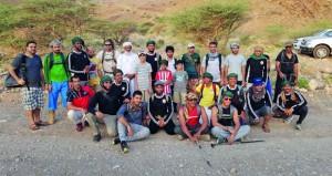 فريق التحدي للمغامرات يفتتح العام الهجري بتسلق جبال الحيل بعبري