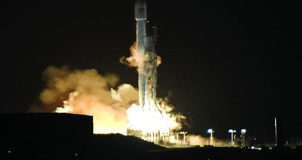 """""""سبايس إكس"""" تطلق أقمارًا اصطناعية وتستعيد صاروخها القاذف"""