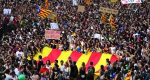 الكاتالونيون يحتجون على عنف الشرطة عقب استفتاء (الانفصال) في إضراب عام شارك فيه نادي برشلونة