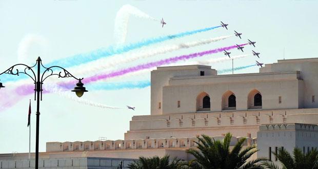 فريق (السهام الحمر) التابع للطيران الملكي البريطاني يقدم استعراضات جوية بسماء مسقط
