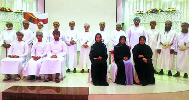 تكريم المجيدين والمبدعين من الطلاب فـي المجالات العلمية والأدبية والفنية والأعمال التطوعية والمجتمعية