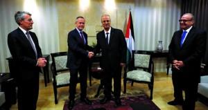 الحكومة الفلسطينية تربط التنمية الاقتصادية بـ(التسوية) وتوقف الاستيطان