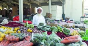 «التبروزة» مهنة تقليدية لبيع المنتجات المتعددة بعبري