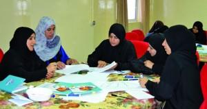 600 معلمة يشاركن في البرنامج التدريبي للتعريف بالسلاسل العالمية لمناهج العلوم والرياضيات بمحافظة الداخلية