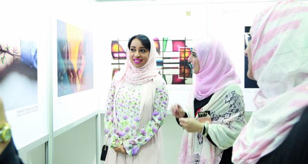 """""""جمعية التصوير الضوئي"""" تحتفي بيوم المرأة العُمانية في المعرض الثامن للمصورات"""