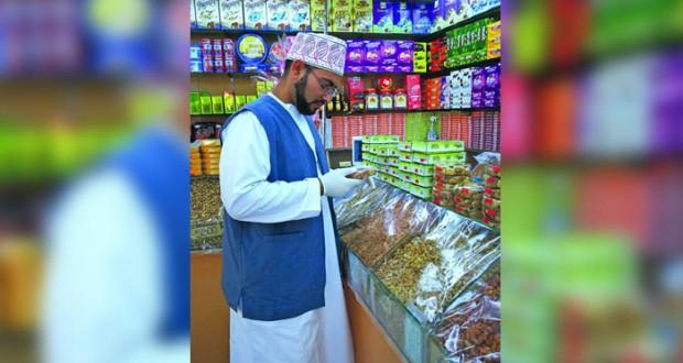 إتلاف 1570 كغم من المواد غير الصالحة للاستهلاك وإغلاق 110 منشآت غذائية بمطرح الكبرى