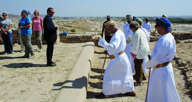 مستشار جلالة السلطان للشؤون الثقافية يزورحصن سلوت الأثري بولاية بهلا