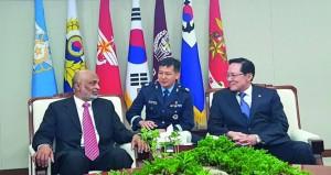 الأمين العام بوزارة الدفاع يلتقي وزير الدفاع الوطني بجمهورية كوريا الجنوبية