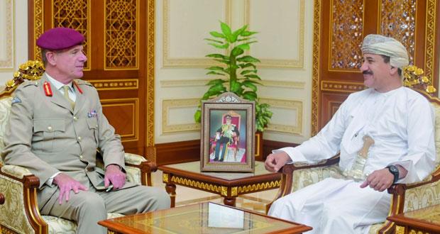 وزير المكتب السلطاني يستقبل مسؤولا عسكريا بريطانيا