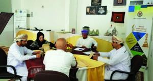 لجنة التقييم المبدئي لمسابقة جائزة السلطان قابوس للإجادة الحرفية بزيارة عدد من المحافظات