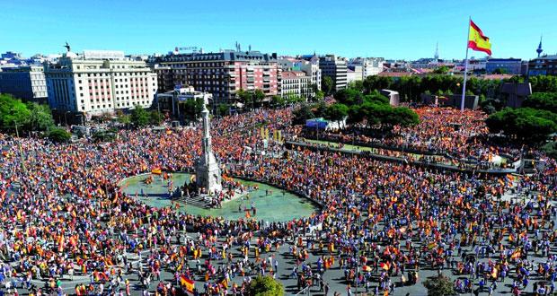 (استفتاء كاتالونيا) : تزايد التوتر مع احتشاد الآلاف في شوارع مدريد وبرشلونة