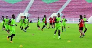 بعثة منتخبنا الوطني الأول لكرة القدم تصل إلى دبي … والأحمر يتدرب بالخوانيج