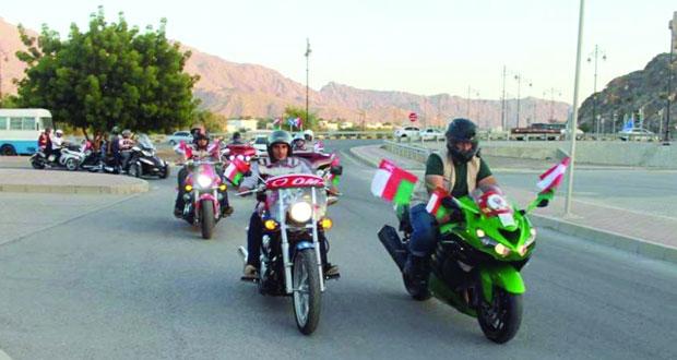فريق نزوى بايكرز للدراجات النارية يحتفي بالرحال عمر المعمري