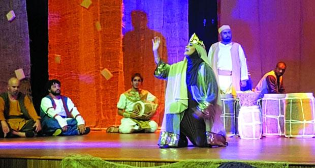 تكريم المشاركين في حلقة التجديد المسرحي لفرقة الصحوة المسرحية بمركز نـزوى الثقافي