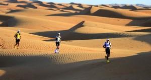 محافظ الداخلية يطلق شارة انطلاق ماراثون عمان الصحراوي وسط مشاركة 131 متسابقا