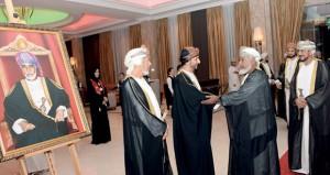 محافظ مسقط يستقبل المهنئين بالعيد الوطني السابع والأربعين المجيد