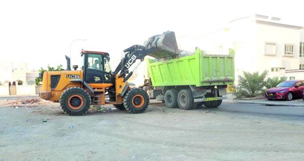 بلدية مسقط بالسيب تكثف جهودها في قطاع النظافة العامة