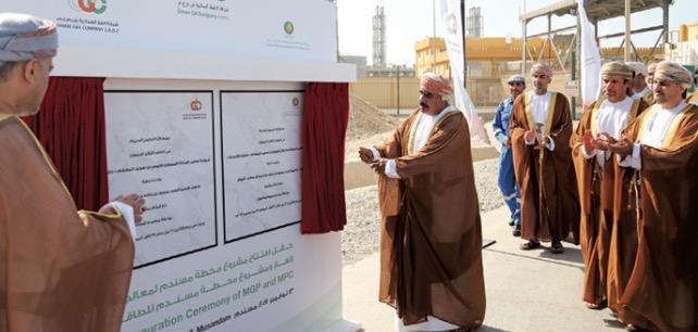 منصور آل سعيد يزيح الستار عن اللوحة التذكارية مشروعي محطة مسندم لمعالجة الغاز ومحطة مسندم للطاقة