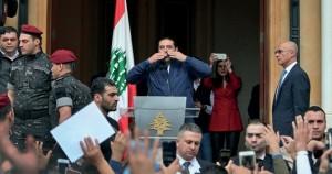 لبنان: الحريري يعلن من بيروت تعليق استقالته ويعاهد مناصريه على البقاء معهم