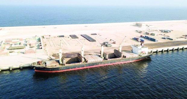 """""""تنمية نفط عمان"""" تتسلم 10 آلاف طن متري من أنابيب النفط والغاز عن طريق ميناء الدقم"""