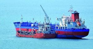 """""""النفط العمانية للتسويق"""" تزود السفن بالوقود في ميناء الدقم"""